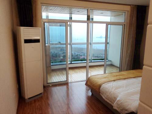 [南戴河宾馆]南戴河嶺澜国际大酒店房内观大海远处的仙螺岛