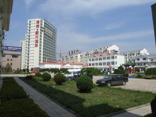 [南戴河宾馆]南戴河戴河国际公寓1号楼大巴车停车场